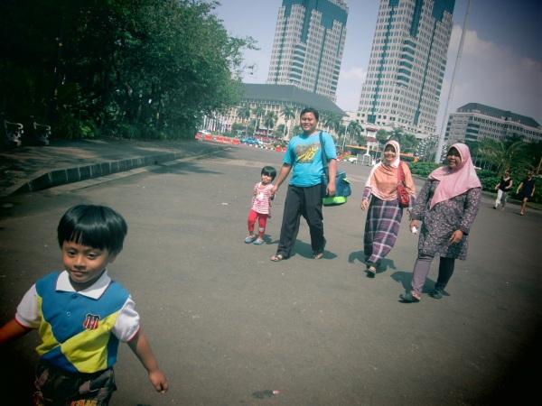 Saya bersama Ibu, istri dan anak-anak, pulang dari mengunjungi Tugu Monumen Nasional, Jakarta