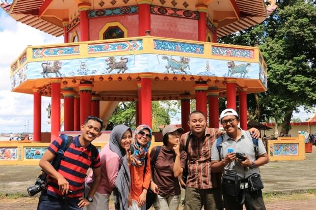 foto bareng travel blogger di Pulau Kemaro