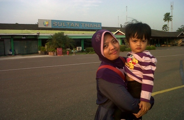 Ummi dan Nduk di Bandara Jambi lama