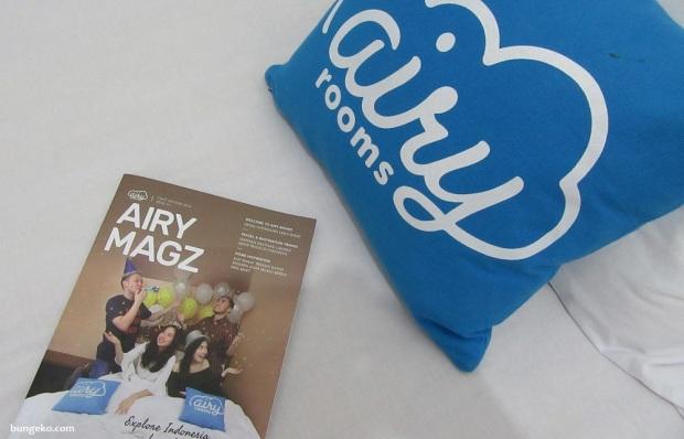 bantal dan majalah Airy Rooms
