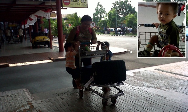 Damar-Diandra naik troli bandara