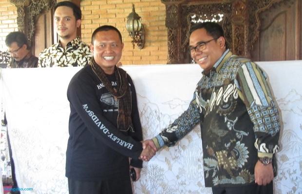H. Failasuf dan Bupati Pekalongan Bapak Asip Kholbihi bersalaman