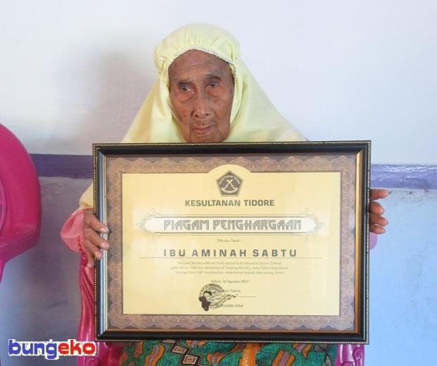 Nenek Amina Sabtu dengan piagam penghargaan dari Sultan Tidore, H. Husain Syah.
