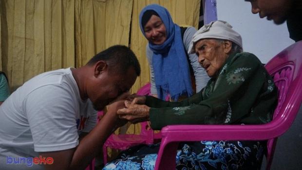Eko Nurhuda cium tangan Nenek Amina Sabtu