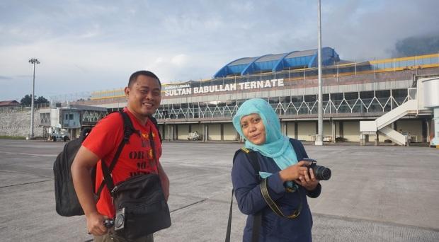 """Foto bareng Mbak Zulfa """"Emak Mbolang"""" di Bandara Ternate"""
