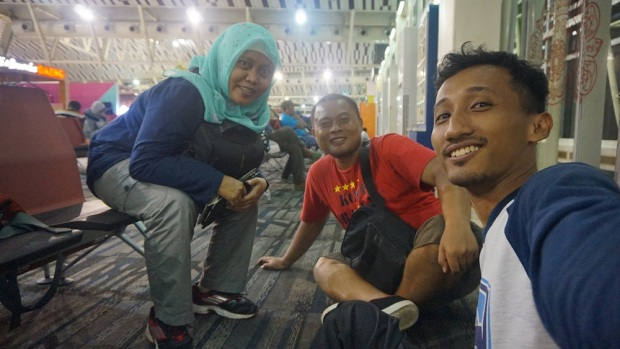 foto bareng Mbak Zulfa dan Mas Rifqy di Bandara Sultan Hasanuddin