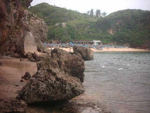 Karang di Pantai Ngerenehan Jogja