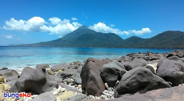 Pulau Tidore dilihat dari Pulau Failonga