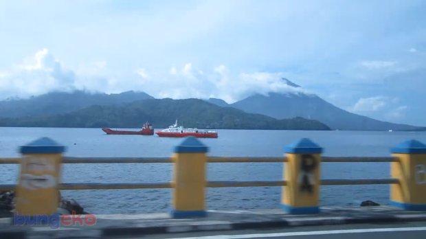 Pulau Tidore dilihat dari Taman Kota Ternate