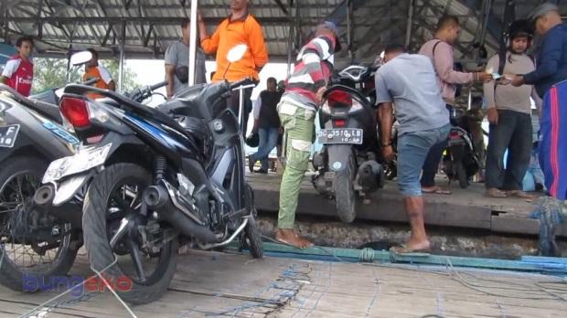 Awak motor kayu menurunkan sepeda motor