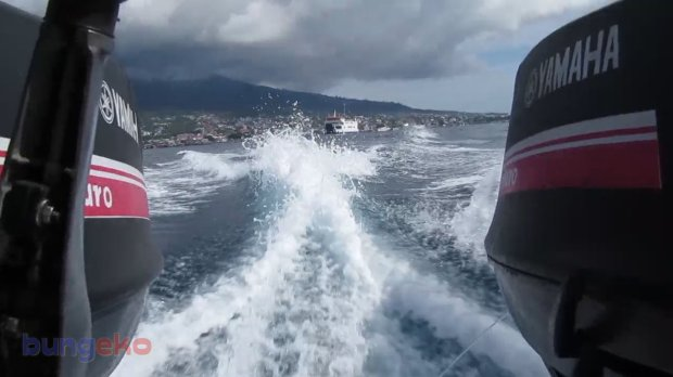 Debur air laut di belakang speed boat
