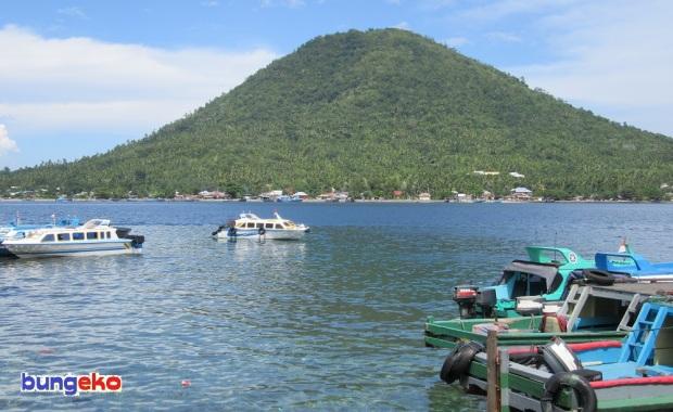 Pulau Maitara dilihat dari Pelabuhan Rum, Tidore