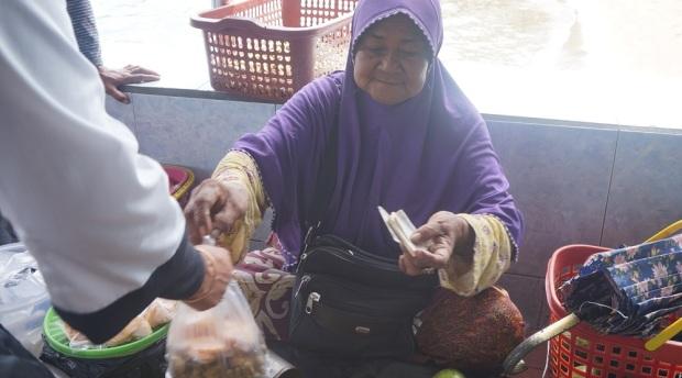 Simbah penjual manisan pala di Pelabuhan Rum, Tidore