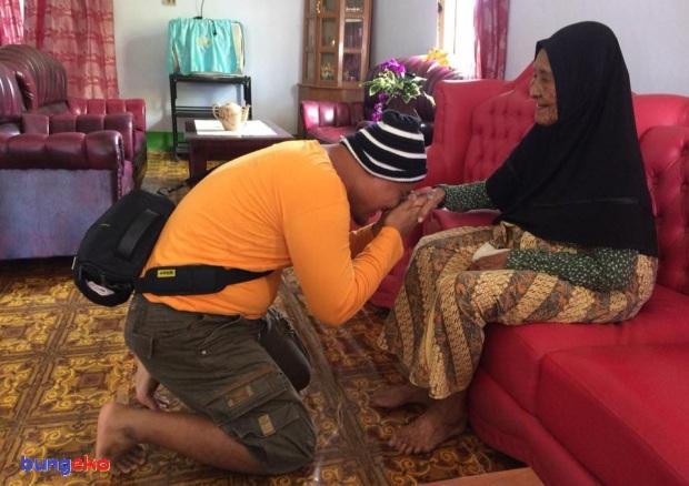 Sungkem pada Nenek Bujuna Samdi