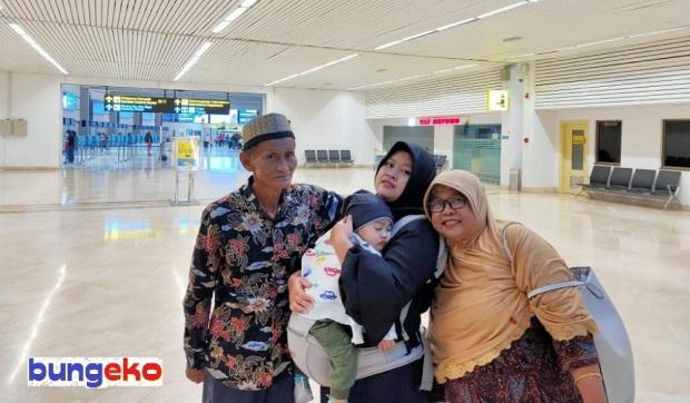Bapak-Ibu di terminal keberangkatan Bandara Soekarno-Hatta