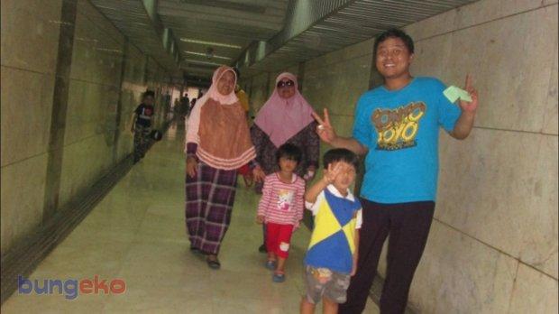 jalan di terowongan Monas