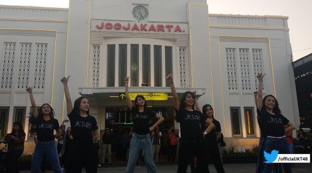 JKT48 menggelar mini perform di Stasiun Yogyakarta pada 16 November 2018.