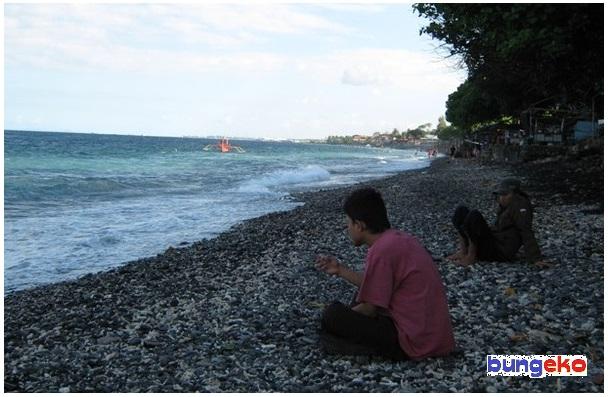 Duduk-duduk di Pantai Watudodol