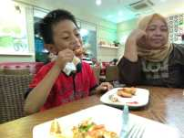 Kakak makan chicken wings Pizza Hut