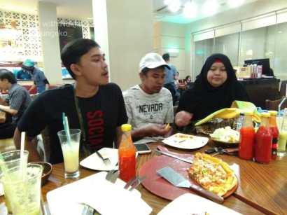 Adik-adik di Pizza Hut Kemanggisan